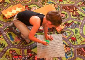 Ребенок играет в ЛЕГО